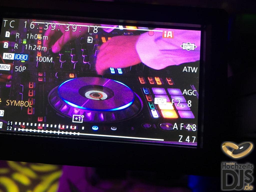 DJ auf Beamer und Leinwand