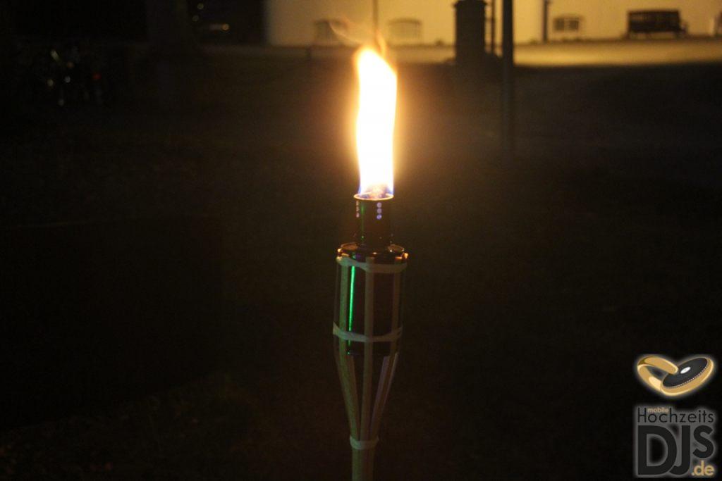 Petroleumfackel bei Nacht