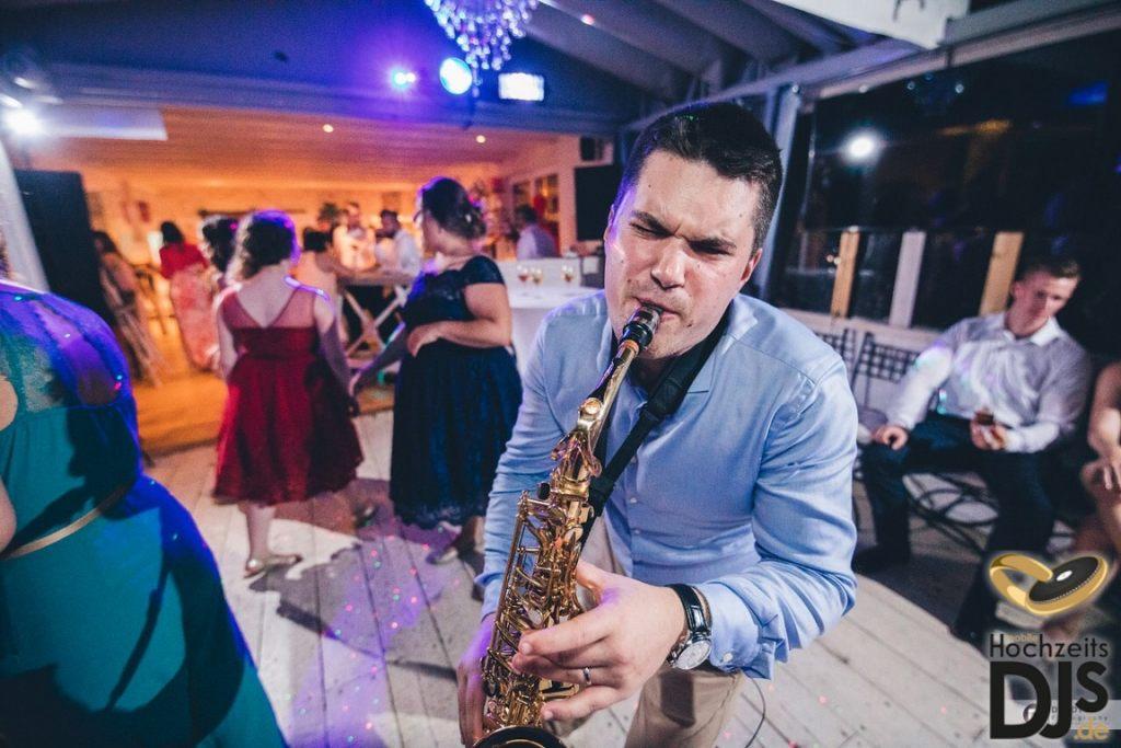 Saxophonist auf einer Party