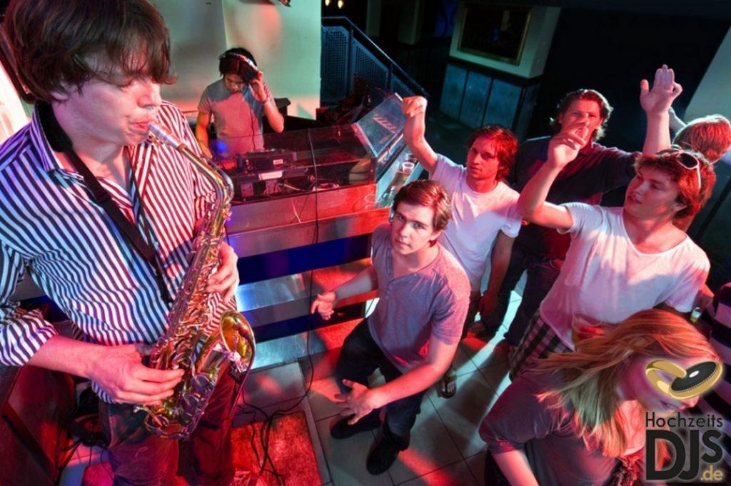 Saxophonist und Hochzeits DJ auf einer Party