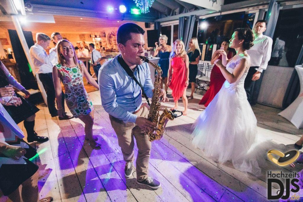 Saxophonist und mobiler DJ auf einer Party