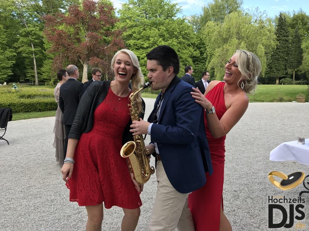 Saxophonist und Trauzeugen