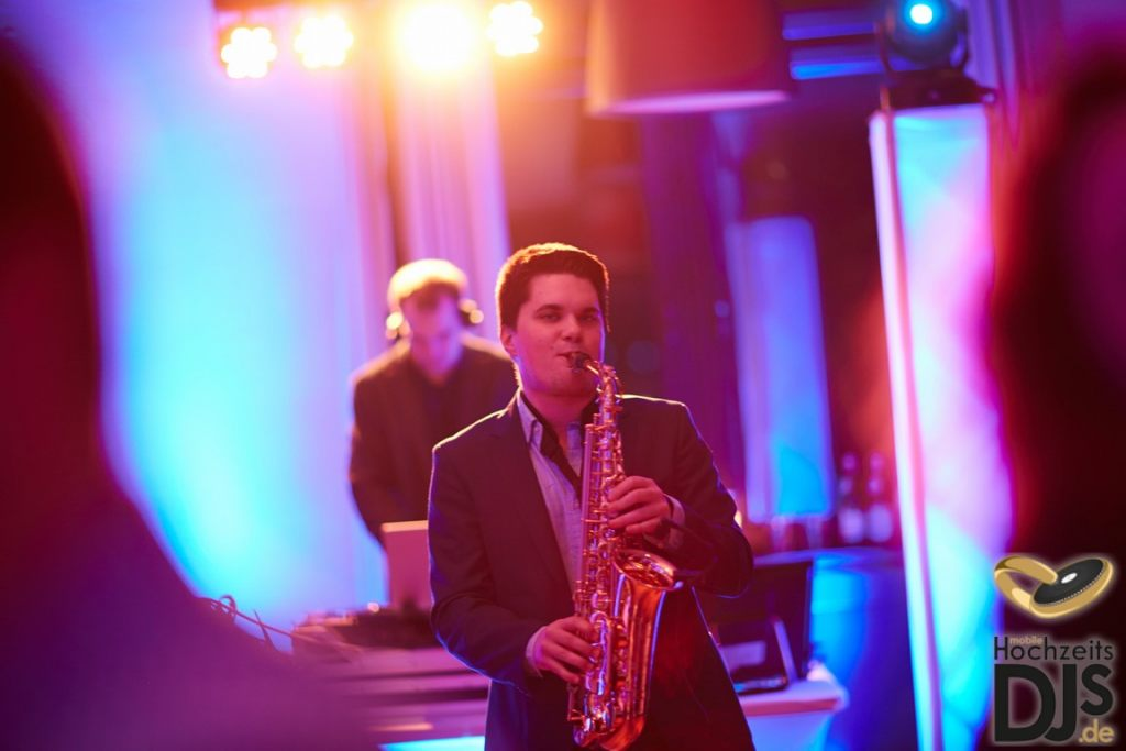 Saxophonist und Hochzeits DJ auf einer Hochzeit