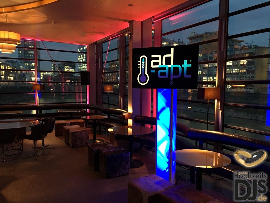LED Screen in beleuchtetem Ambiente