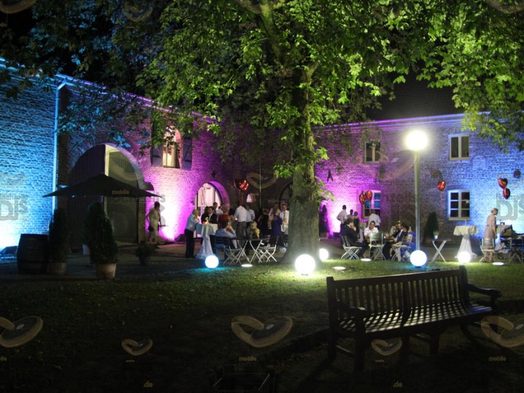 Kugelleuchten bei Dunkelheit im Schloss Paffendorf Bergheim