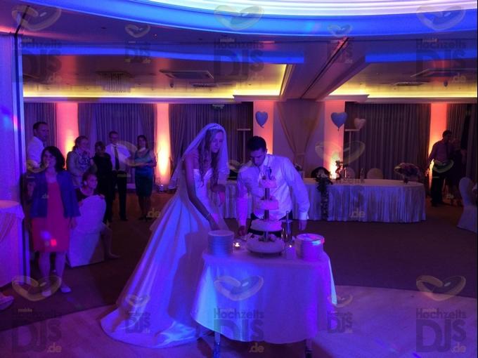 Anschneiden der Hochzeitstorte im Rheinhotel Vier Jahreszeiten