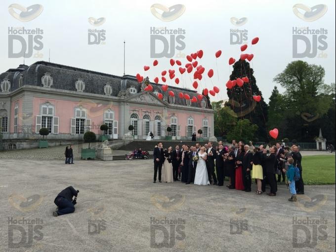 Luftballons steigen lassen vor Schloss Benrath