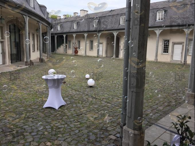 Seifenblasenmaschine vor Schloss Benrath