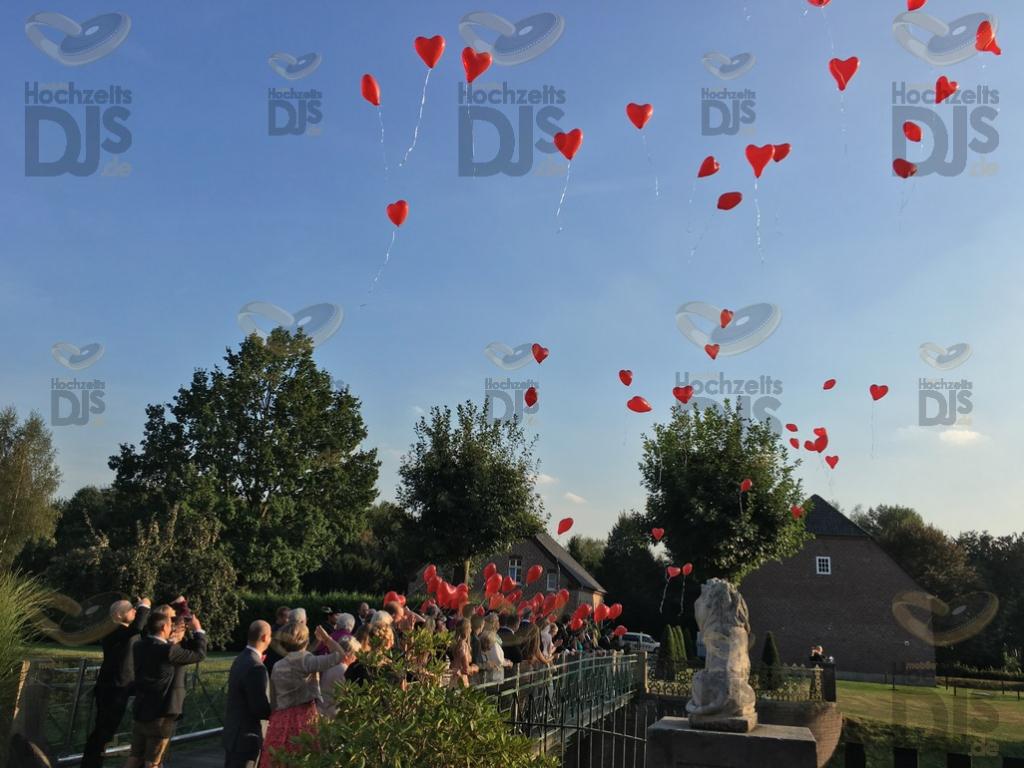 Luftballons steigen lassen vor Schloss Diersfordt