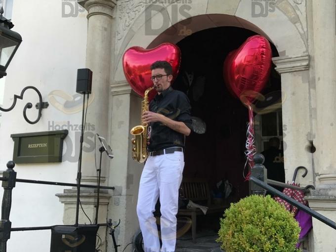 Saxophonist im Eingang von Schloss Gartrop