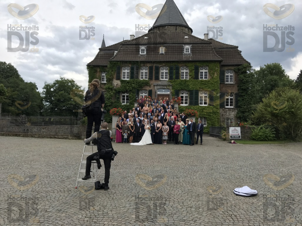 Hochzeitsgesellschaft vor Schloss Linnep