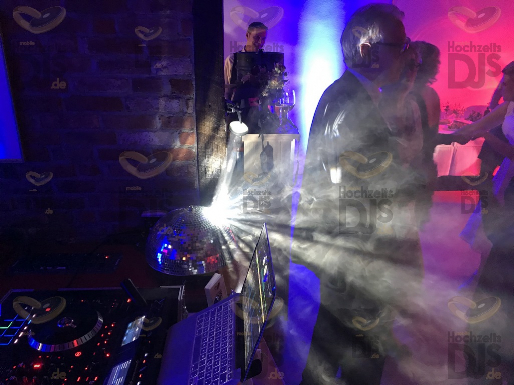 Hochzeitfeier mit Discokugel in Schloss Linnep