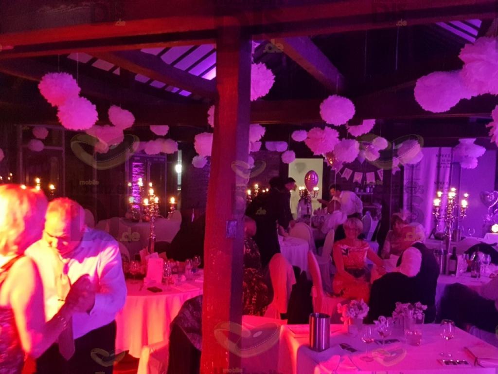 Hochzeitfeier mit Pompoms in Schloss Linnep