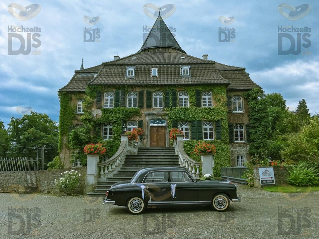 Schloss Linnep Eingang mit Oldtimer