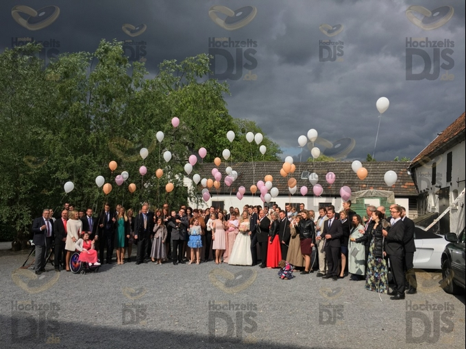 Hochzeitsgesellschaft mit Luftballons vor Schloss Meierhof