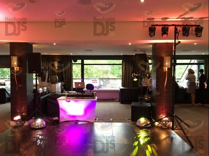 Aufbau DJ-Paket Elegance mit beleuchtetemd DJ Tisch und Spiegelkugeln im Valkensaal des Van der Valk Moers