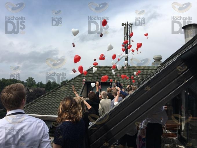 Luftballons steigen lassen im Van der Valk Moers