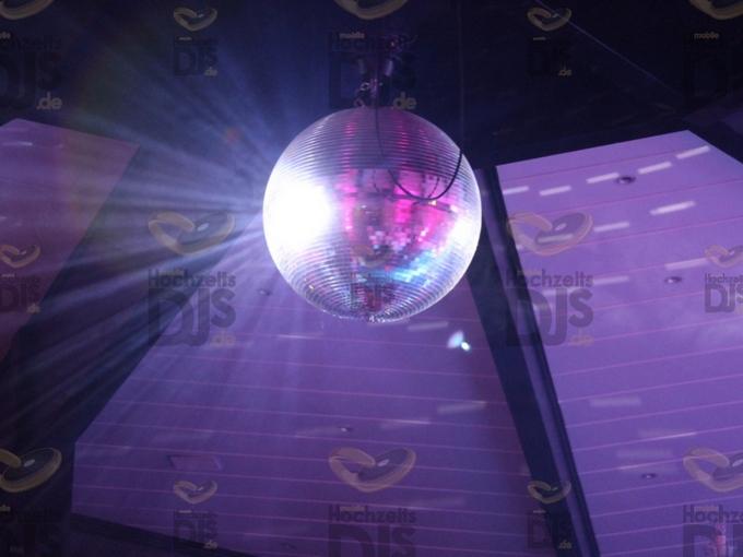 Beleuchtete Spiegelkugel in der Villa Vue