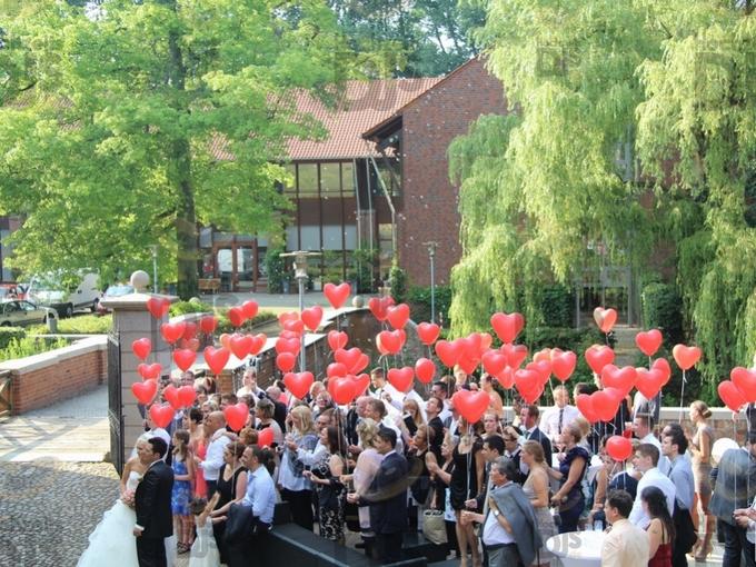 Luftballons steigen lassen im Wasserschloss Lüttinghof