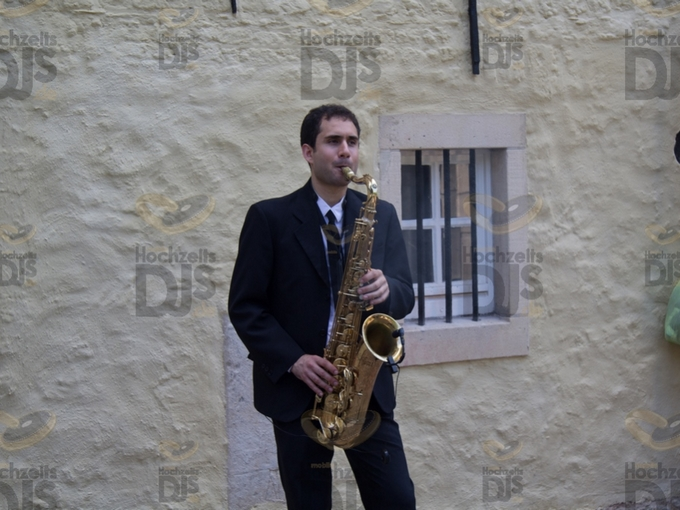 Saxophonist vor dem Wasserschloss Lüttinghof