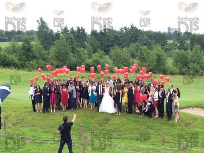 Hochzeitsgesellschaft mit Luftballons vor dem Golfclub Hösel
