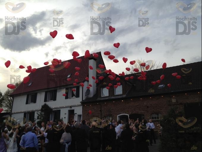 Luftballons steigen lassen vor Gut Diepensiepen