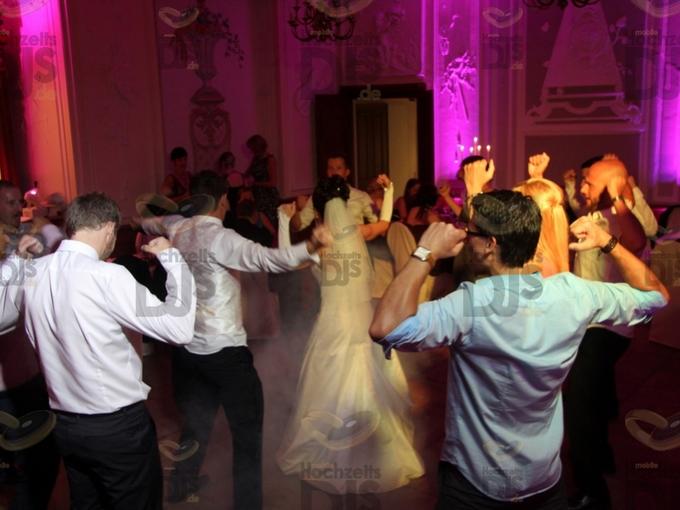Brautpaar mit Gästen auf der Tanzfläche in Gut Diepensiepen