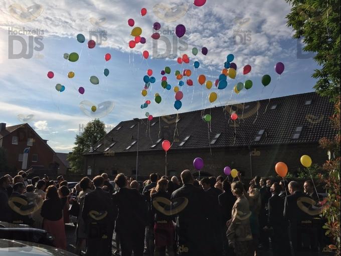 Luftballons steigen lassen im Hof des Kastanienhofes Köln