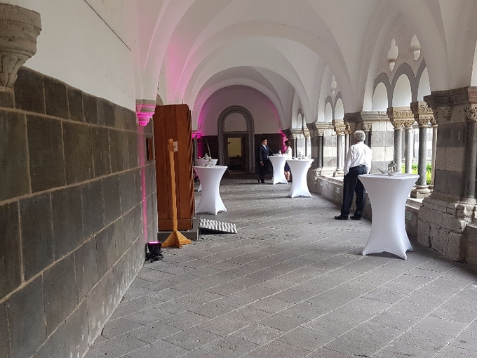 Gang mit Floospots in der Abtei Brauweiler