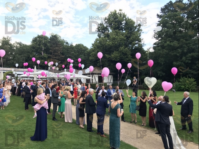 Hochzeitsgäste mit Luftballons im Club Astoria Köln