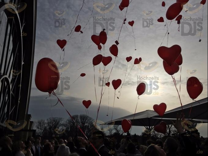 Luftballons steigen lassen in der Flora Köln