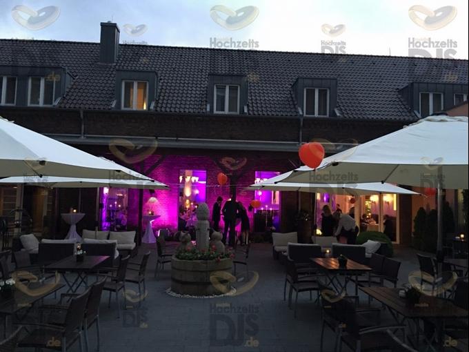 Aussenansicht mit Luftballons in Gut Dyckhof
