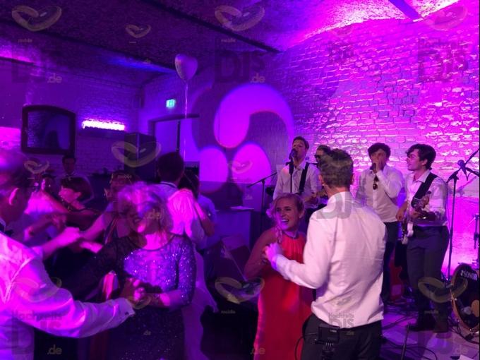 tanzende Gäste in Gut Hohenholz