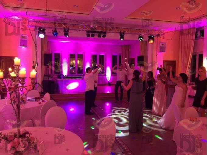 tanzende Gäste im Haus Mutterhaus