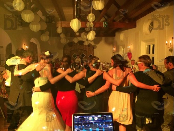 feiernde Gäste im Niemeshof