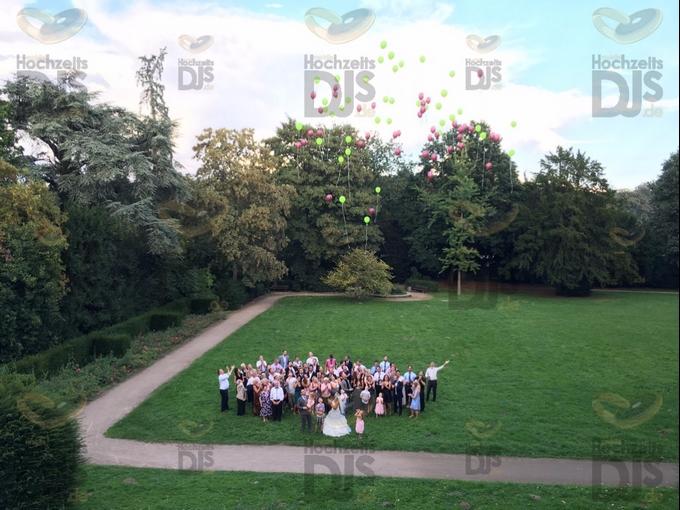 Parkanlage mit Hochzeitsgästen in Schloss Garath Düsseldorf