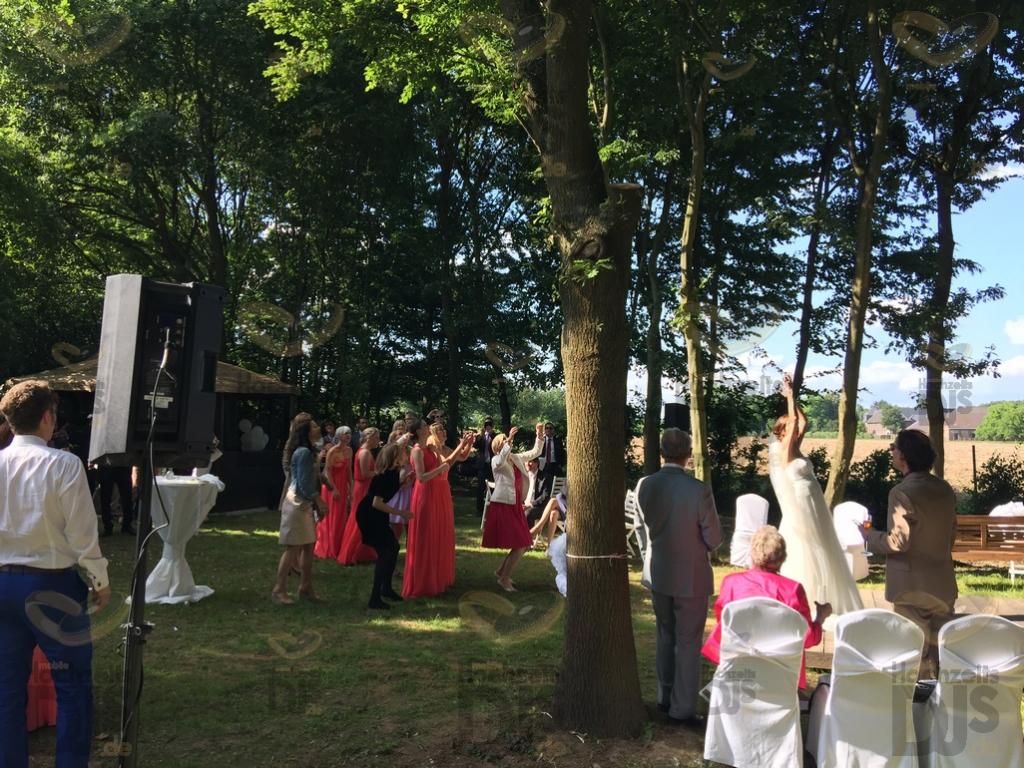 Brautstrausswurf im Dycker Weinhaus